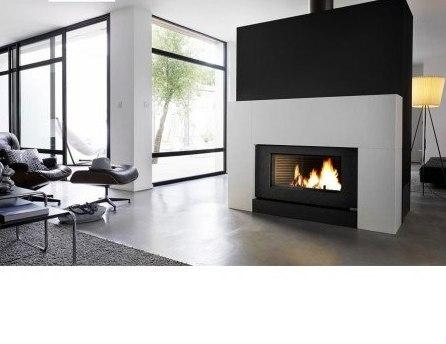Un poêle à bois présente plusieurs avantages qu'une cheminée à foyer ouverte