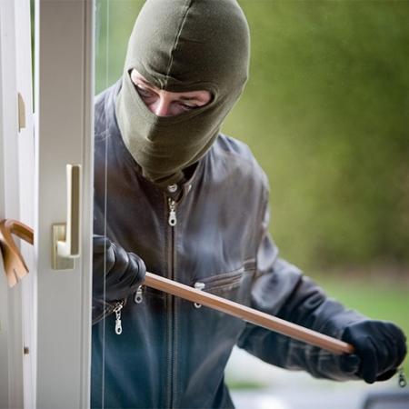 Une porte qui n'est pas suffisamment sécurisée facilitera lâche aux cambrioleurs