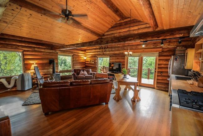 Le poêle à bois trouvera facilement sa place dans votre maison en bois